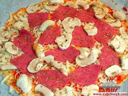 İtalyan Usulü Pizza (İnce Hamurlu) Tarifi