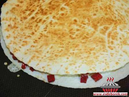 Sucuklu Peynirli Lavaş Pizza Tarifi
